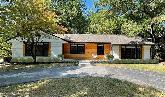 8132 High Drive, Leawood, KS 66206 (#2346502) :: Ron Henderson & Associates