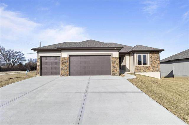 910 NW Hickorywood Court, Grain Valley, MO 64029 (#2350799) :: The Rucker Group