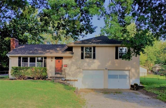 8801 Glenwood Avenue, Kansas City, MO 64138 (#2130350) :: Edie Waters Network