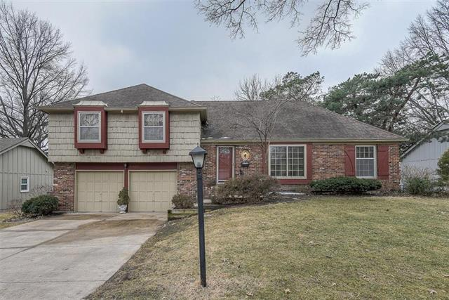 6401 W 101st Place, Overland Park, KS 66212 (#2147683) :: Edie Waters Network