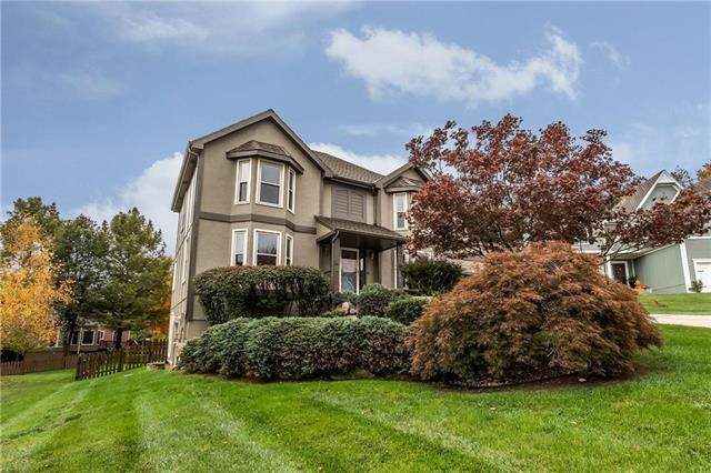 5604 Meadow Court South Street, Parkville, MO 64152 (#2241587) :: Dani Beyer Real Estate