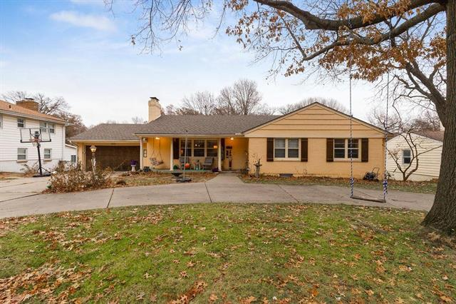 5221 Howe Drive, Roeland Park, KS 66205 (#2138522) :: House of Couse Group