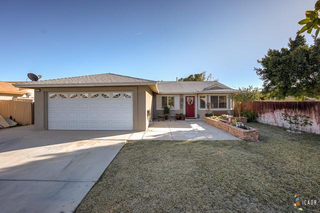 325 Yucca Dr, El Centro, CA 92243 (MLS #19433812IC) :: DMA Real Estate