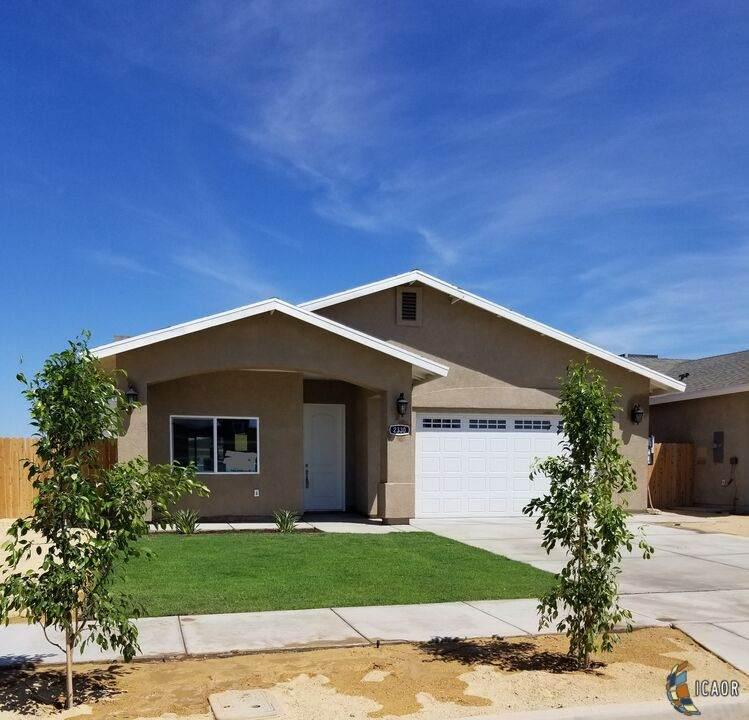 2330 W Brighton, El Centro, CA 92243 (MLS #21763452IC) :: DMA Real Estate