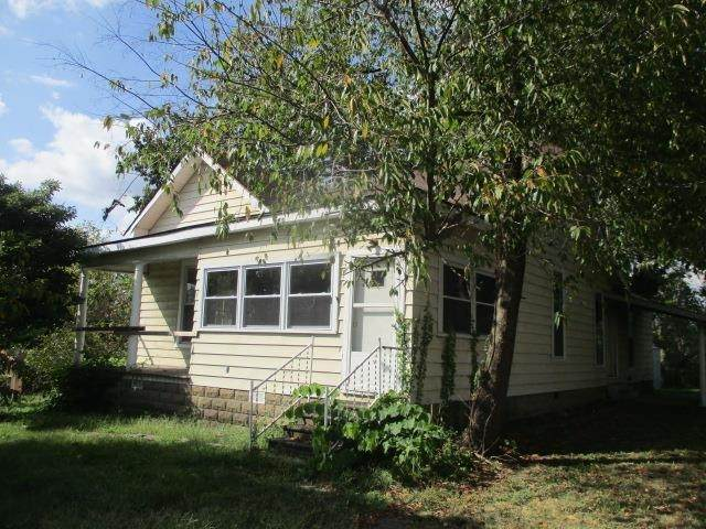 105 E North Street, Winslow, IN 47598 (MLS #202139048) :: Anthony REALTORS