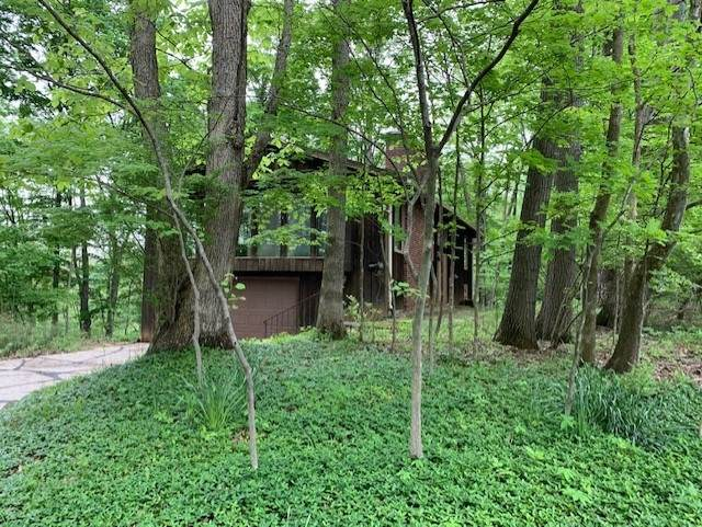 2407 N Rocky Cliff Court, Bloomington, IN 47401 (MLS #202018374) :: Aimee Ness Realty Group