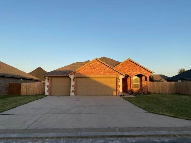 312 Marilyn Glover Dr, Elgin, OK 73538 (MLS #156860) :: Pam & Barry's Team - RE/MAX Professionals