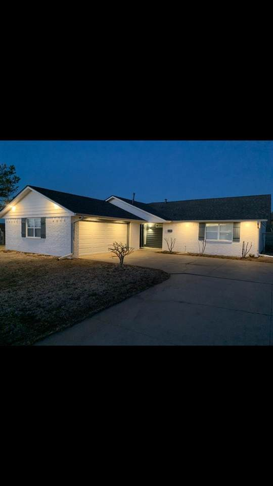 224 SW Crystal Hills Dr, Lawton, OK 73505 (MLS #158202) :: Pam & Barry's Team - RE/MAX Professionals