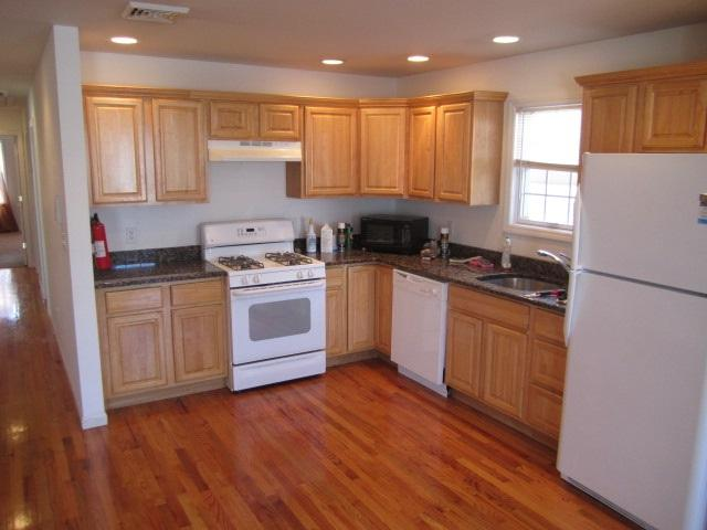 52 Cottage St, Bayonne, NJ 07002 (MLS #190013856) :: The Trompeter Group