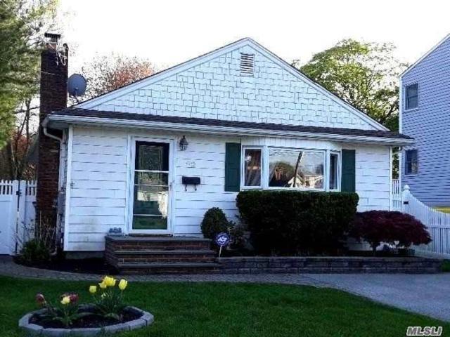 42 Woodrow Pkwy, Babylon, NY 11704 (MLS #3130380) :: Netter Real Estate