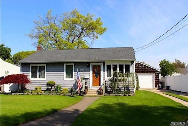1334 7th St, W. Babylon, NY 11704 (MLS #3131111) :: Netter Real Estate