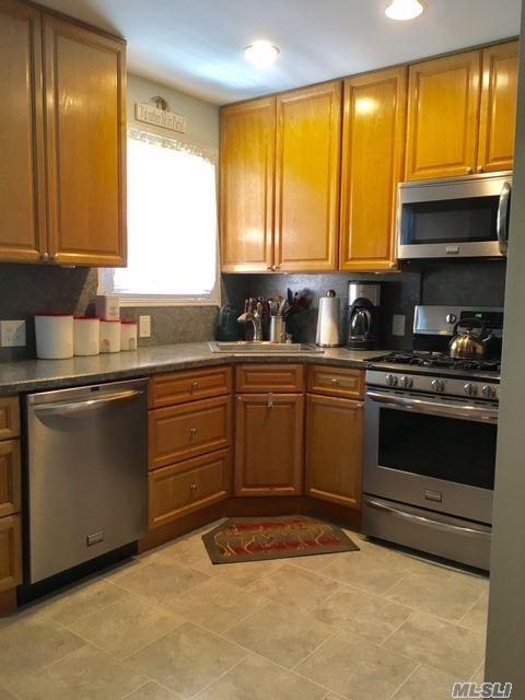 67-02 218th St, Bayside, NY 11364 (MLS #2958557) :: Netter Real Estate