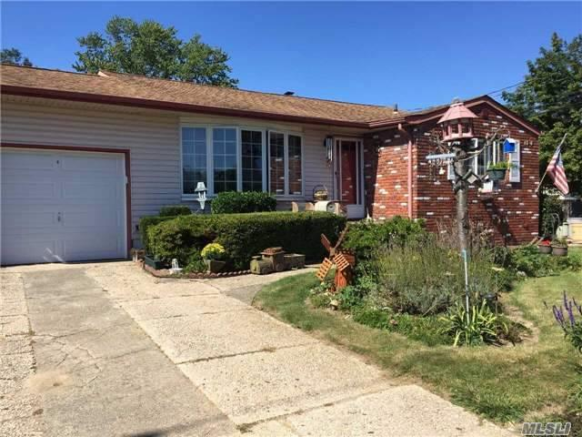 1386 Manatuck Blvd, Bay Shore, NY 11706 (MLS #2972518) :: The Lenard Team