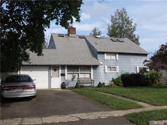 40 Hidden Ln, Westbury, NY 11590 (MLS #2972747) :: The Lenard Team