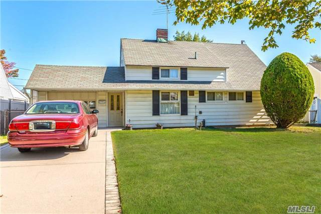 21 Weaver Ln, Levittown, NY 11756 (MLS #2979374) :: The Lenard Team