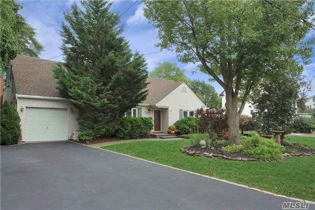 432 Peters Blvd, Brightwaters, NY 11718 (MLS #2979906) :: The Lenard Team