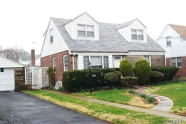 2005 New Hyde Park Rd, New Hyde Park, NY 11040 (MLS #2986951) :: The Lenard Team