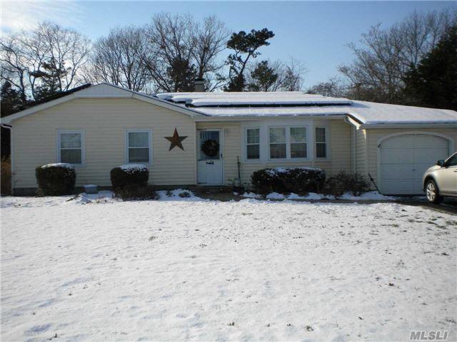 138 Greenbelt Pkwy, Holbrook, NY 11741 (MLS #2991740) :: The Lenard Team