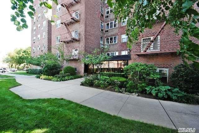 144-55 Melbourne Ave, Flushing, NY 11367 (MLS #2997116) :: Netter Real Estate