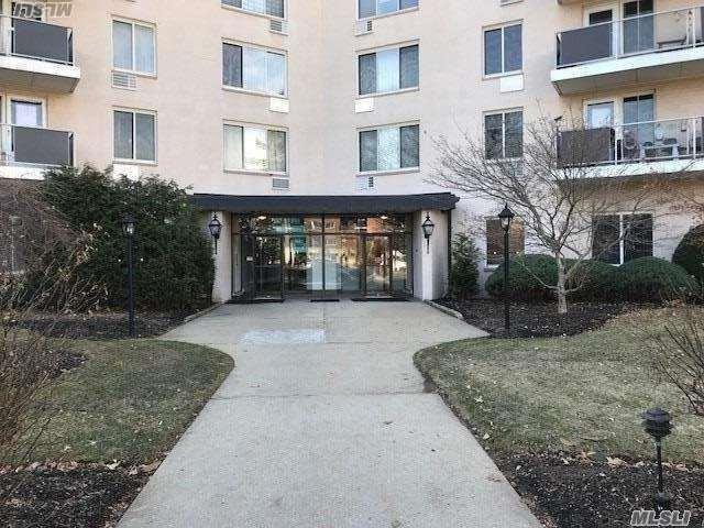 135 Post Ave 6P, Westbury, NY 11590 (MLS #3004607) :: Netter Real Estate