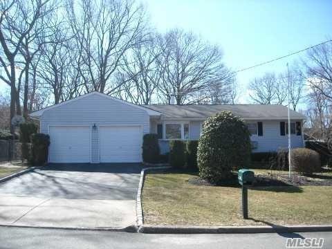 4206 N Expressway Dr, Ronkonkoma, NY 11779 (MLS #3006667) :: Keller Williams Homes & Estates