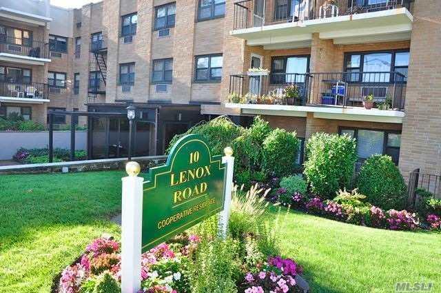 10 Lenox Rd 3 K, Rockville Centre, NY 11570 (MLS #3012492) :: The Kalyan Team