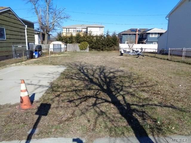 306 Venetian Blvd, Lindenhurst, NY 11757 (MLS #3013483) :: Netter Real Estate