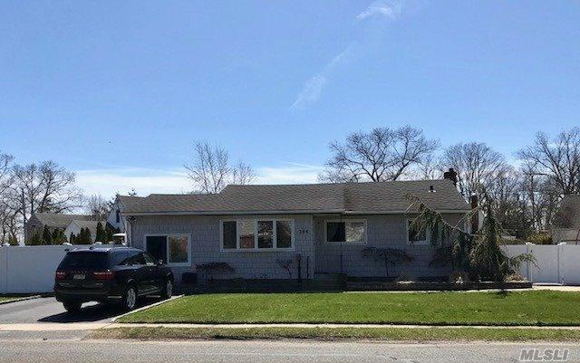 266 Arnold Ave, W. Babylon, NY 11704 (MLS #3023676) :: The Lenard Team