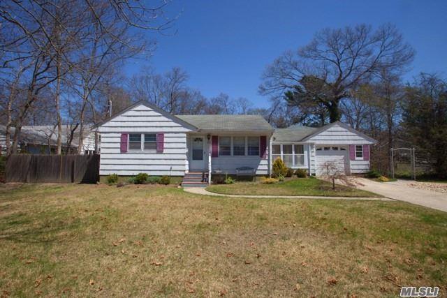35 Woodland Dr, East Islip, NY 11730 (MLS #3028142) :: Netter Real Estate