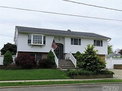 295 2nd Ave, Lindenhurst, NY 11757 (MLS #3032398) :: Netter Real Estate