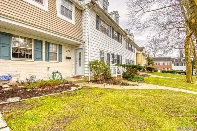 719 Towne House Vlg, Hauppauge, NY 11749 (MLS #3093359) :: The Lenard Team