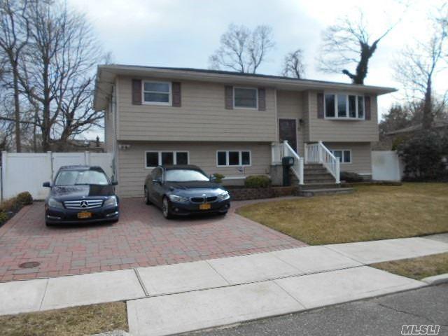 10 3rd St, West Islip, NY 11795 (MLS #3112286) :: Netter Real Estate
