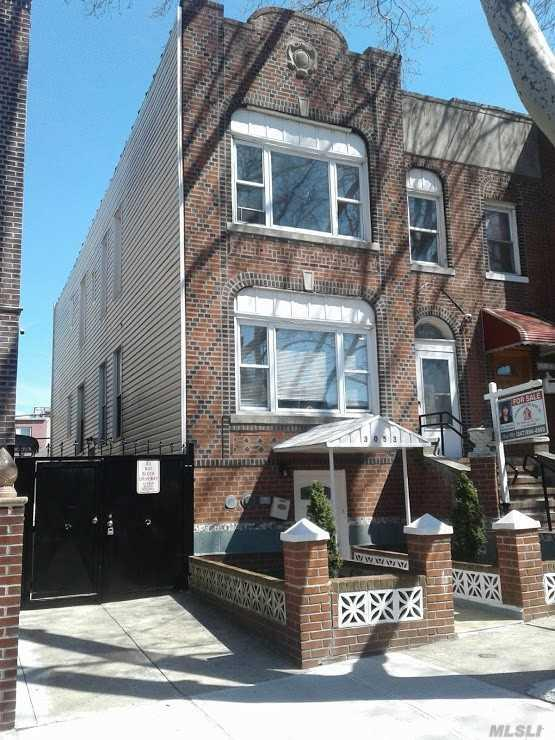 30-53 85 St, E. Elmhurst, NY 11370 (MLS #3120279) :: The Lenard Team