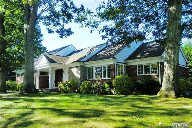 52 Wohseepee Dr, Brightwaters, NY 11718 (MLS #2975566) :: Netter Real Estate