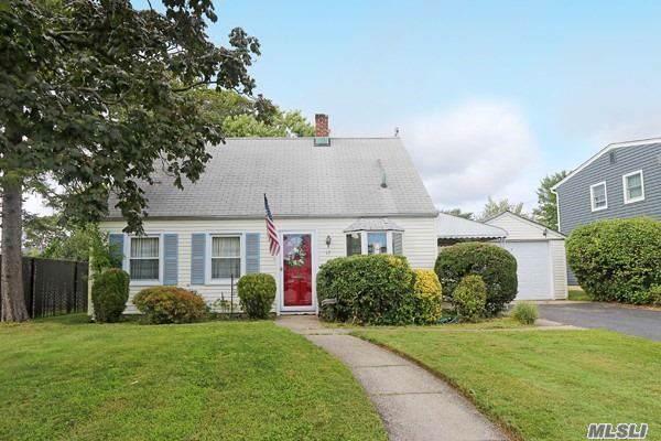 17 Old Oak Ln, Levittown, NY 11756 (MLS #3163484) :: Signature Premier Properties