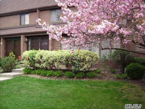 52 Acorn Ponds Dr, Roslyn, NY 11576 (MLS #3027180) :: Netter Real Estate