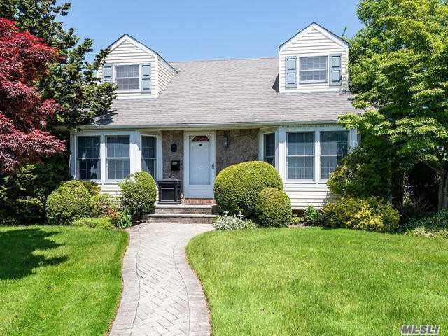 1 Southview Ct, Carle Place, NY 11514 (MLS #3133221) :: Netter Real Estate