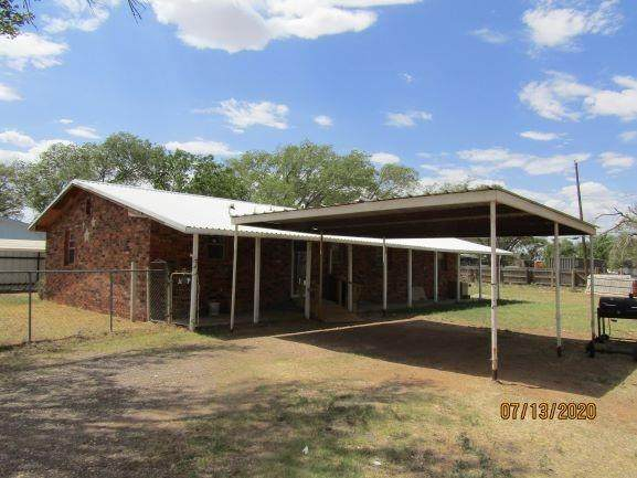 413 Maple Street, Levelland, TX 79336 (MLS #202008221) :: Better Homes and Gardens Real Estate Blu Realty