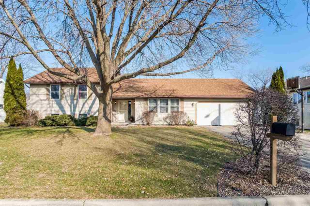 915 Castle Dr, Sun Prairie, WI 53590 (#1846646) :: HomeTeam4u