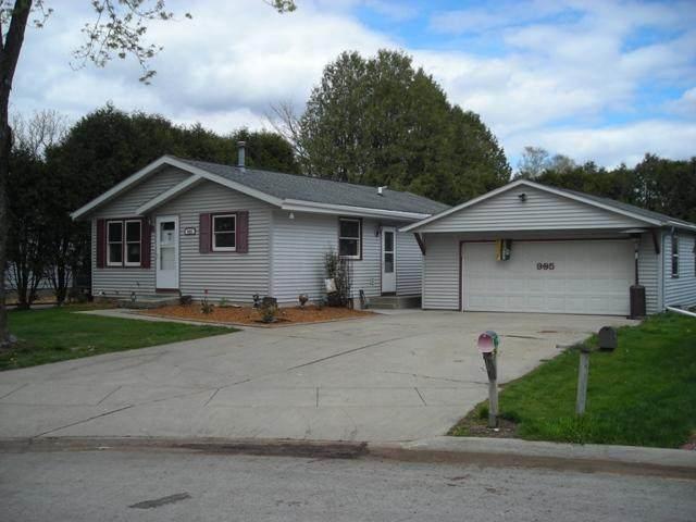 905 Edgewater Ct, Watertown, WI 53098 (#368353) :: HomeTeam4u
