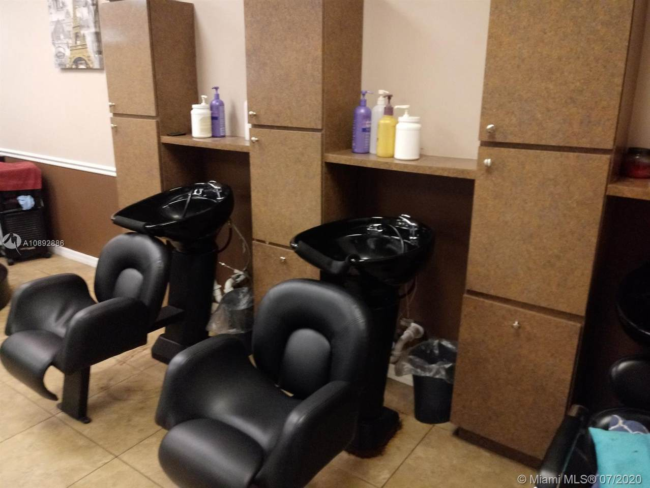 Beauty Salon/Barbershop - Photo 1