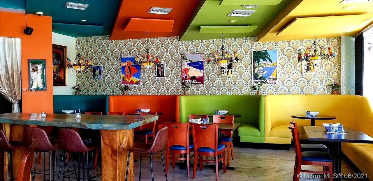 Hollywood Bar & Grill - Photo 1