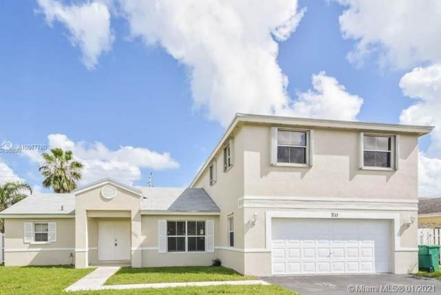7111 SW 39th Ct, Davie, FL 33314 (MLS #A10987780) :: Equity Advisor Team