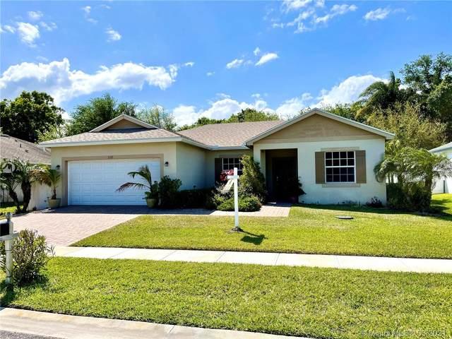 2125 46th Ave, Vero Beach, FL 32966 (MLS #A11018459) :: The Paiz Group