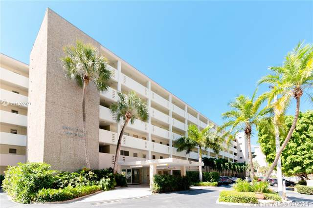 220 Kings Point Dr #105, Sunny Isles Beach, FL 33160 (MLS #A11027477) :: The Howland Group