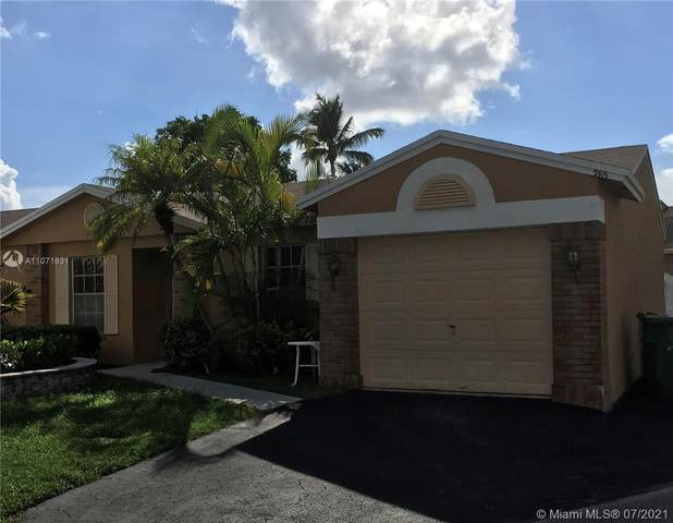 585 Abingdon Way, Davie, FL 33325 (MLS #A11071631) :: The Teri Arbogast Team at Keller Williams Partners SW