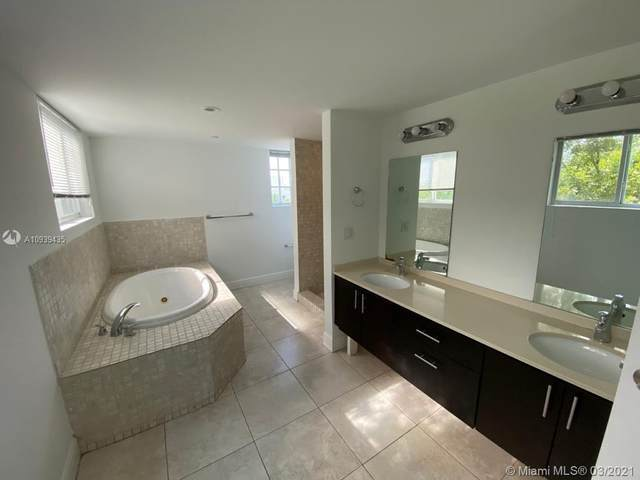 1656 Hayes St, Hollywood, FL 33020 (MLS #A10939435) :: The Riley Smith Group