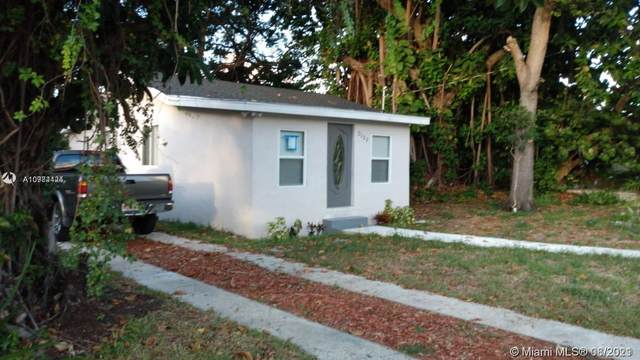 2153 NW 91st St, Miami, FL 33147 (MLS #A10984424) :: CENTURY 21 World Connection