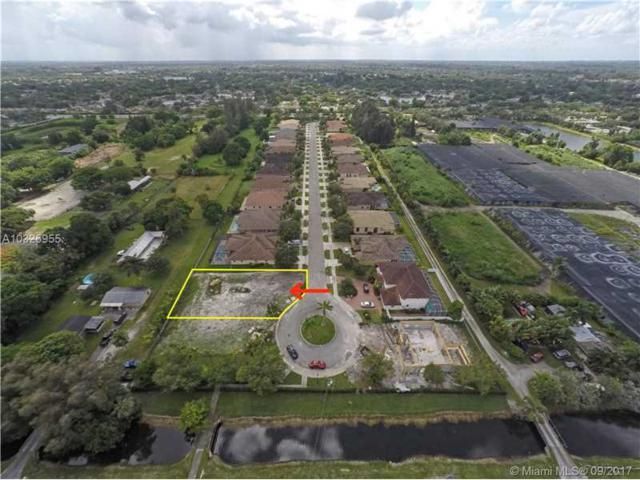 8218 SW 51st St, Davie, FL 33328 (MLS #A10325955) :: Stanley Rosen Group