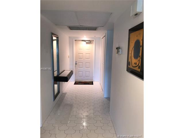 3641 Oaks Clubhouse Dr #206, Pompano Beach, FL 33069 (MLS #A10367162) :: The Teri Arbogast Team at Keller Williams Partners SW